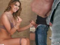 Jeder genießt zwei Dicke Schwänze im Bad