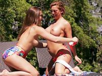 Lernen von zwei pro Lesben Cherie und Dani wie eine perfekte Schere-Sex zu tun