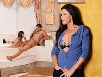 Hot stepmom India Summer guides the lover in oral sex in threeway sex