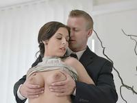 Heiße Brünette Antonia Sainz in ihren sexy Dessous ruft Fick auf dem Schreibtisch