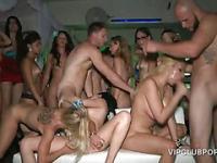Dick-sharing und Sperma Schüsse in VIP-Gangbang