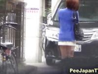 Chica asiática pee MEA fuera