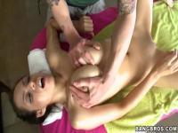 Brunette chaude cul-baisée par son masseur
