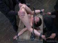 Nackte Casey Calvert ist in BDSM-Sitzung gehänselt