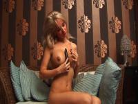 Dralle Blondie masturbiert mit einem schwarzem Vibe