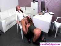 Deux lesbiennes jouent au bureau
