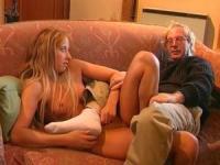 Alten Geck braucht nackt Teen Babe