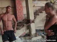 Schöne Küken saugt ein Brocken in einem verlassenen Gebäude
