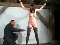 Junge langbeinige Babe wird nackt gefoltert