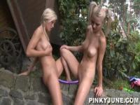 Pinky-Juni nass mit ihrer Freundin