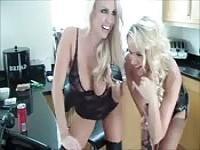 Deux blondes humilliate un esclave sur le téléphone