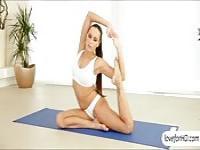 Flexible Yoga Babe Mea Malone Arsch gefickt