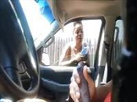 Él jerks off mientras una muchacha negra