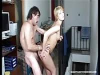 Die junge Brigitte nutzt ein reifer Mann