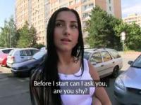Kennenlernen auf der Straße gehend Mädchen verwandelte sich in spontanen Sex