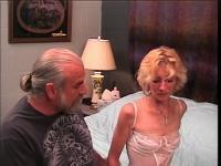 Slinky goldenen Haaren Mutter möchte ich ficken erhält eine harte Auspeitschung von Greis