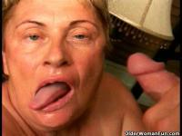Abuela chupa una baqueta grande