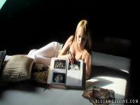 Blauer Engel zeigt Fotoalbum im sexy Outfit