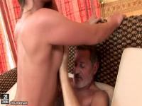 Teen Cathy Heaven hat schöne Schraube mit Alter Mann