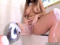 Natasha Nice masturbiert in der Dusche vor dem Sex
