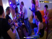 Verrückte College-Studenten ficken in eine heiße Party