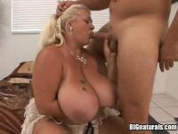 Reife Linda mit riesigen Titten saugt Jay