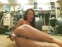 Hot whore plays at the gym