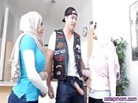 Dicke Titten arabische Damen teilen sich einen harten Schwanz