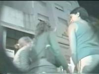 Eine mollig Mädchen zeigt ihre gepiercte Muschi in diesem Upskirt Voyeur video