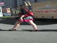 Ein heißer Rock von einem Mädchen Arsch in roter g-Saite