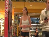Sexy Freundin zu Fuß von der Mall in ihren Unterhosen