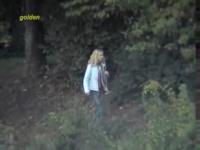 Freche Mädchen ging in den Büschen für im freien pissen