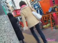 Asiatische Mädchen bekam Rock sharked auf ihr Fahrrad mit Menschen in der Nähe