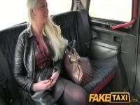 FakeTaxi: Blond Glamour-Model saugt große Jock