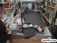 Flugbegleiterin bei der Pfandleihe für Bargeld gefickt und saugen