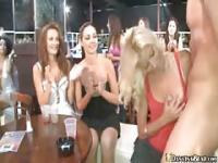 Partygirls saugen auf Stripper Schwanz