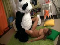 Jouet de sexe partie avec un panda excité