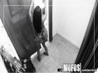 Mofos - adolescente queda atrapado follando en el vestuario