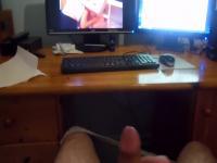 Ich wichse mir gerade beim Porno schauen suis PC