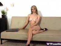 Schöne Teen blonde sexuelle Anziehung mit gefälschten heißes Babe Agent