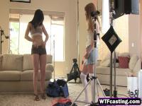 Cachonda chica Amateur es filmada mientras Slurping polla enorme