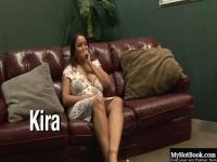 Una mujer BBW, Kira, pone con un tipo negro colgado