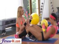 Compañeros de gimnasio lesbianas tienen sexo intenso después de entrenamiento
