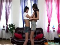 Babe Lia nimmt der Anal Fisting