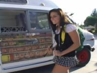Eisverkäufer taucht seine Eis am Stiel in eine junge Teen