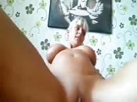 Vollbusige blonde Mama Self-Service