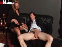 Reife Mama ihren männlichen Sklaven zu bestrafen