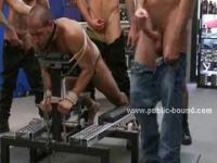 Gay Schlampe brachte nackt in die Leine