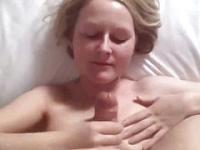 Teen Freundin saugt und wird gefickt