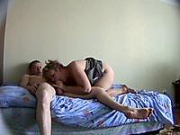 Amateur Frau mit einem riesigen Arsch ist ein echtes Geschenk für ein Fucker!